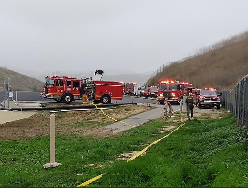 Carros de bombeiros próximos ao local do acidente de helicóptero, que matou o astro da NBA Kobe Bryant, em Calabasas, Califórnia — Foto: Departamento de Polícia de Los Angeles