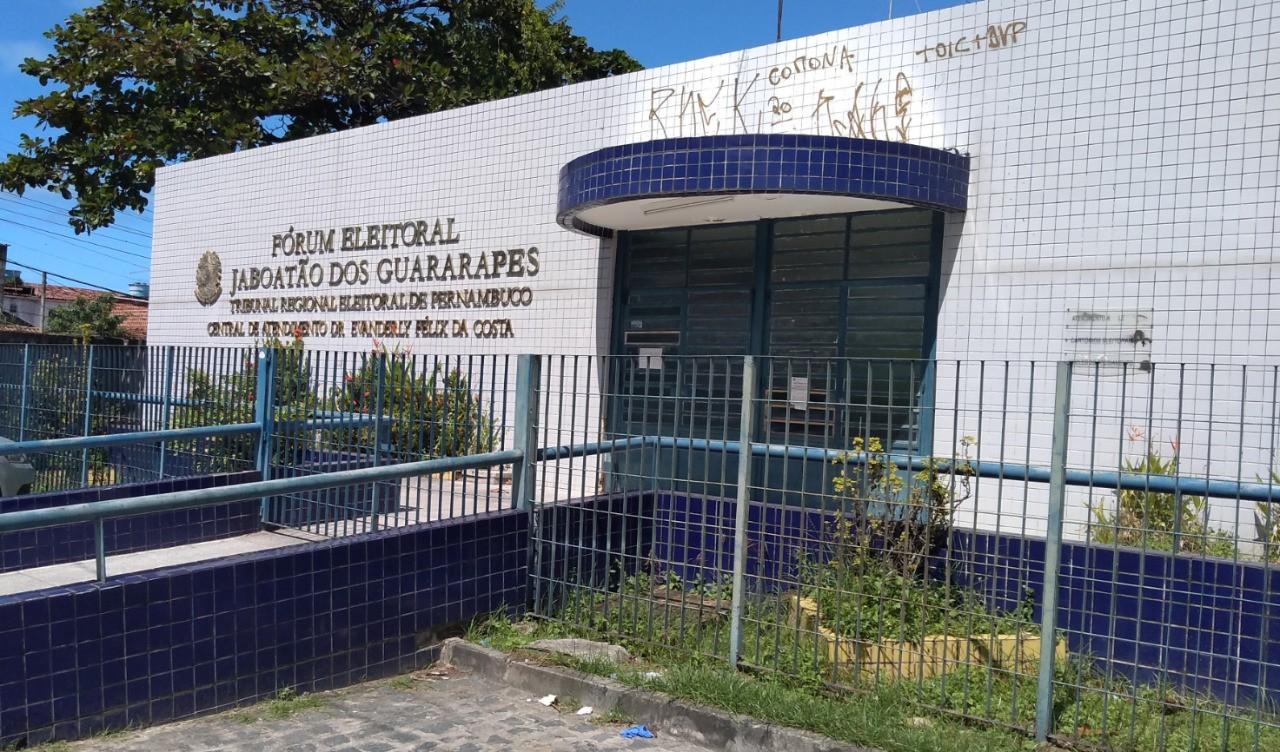 Homem é flagrado ao tentar roubar canaletas de ferro no Fórum Eleitoral de Jaboatão