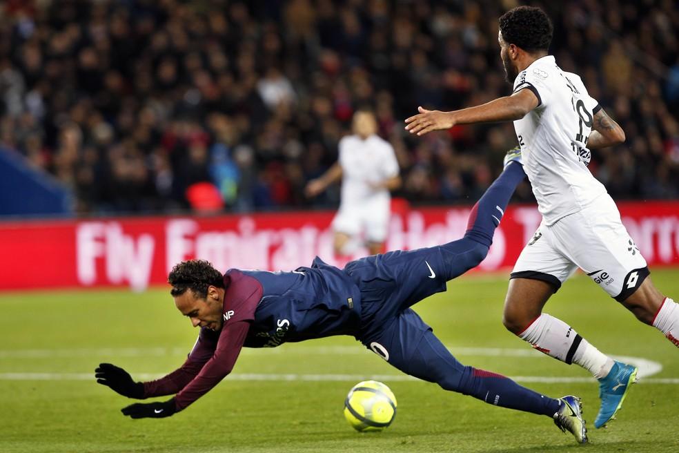 Neymar sofrendo uma falta com a camisa do PSG (Foto: Thibault Camus/AP)