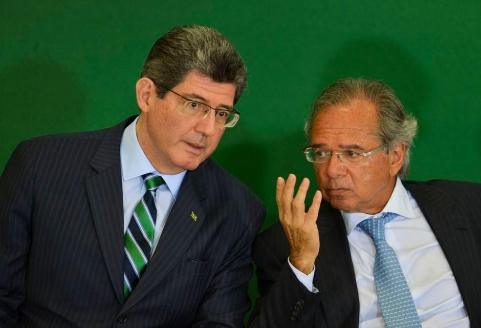 O presidente do BNDES, Joaquim Levy (esq.), e o ministro da Economia, Paulo Guedes (dir.) — Foto: Marcelo Camargo/Agência Brasil