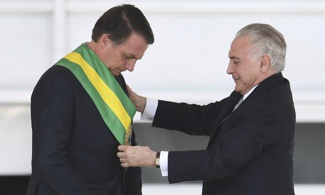 Jair Bolsonaro recebe faixa presidencial de Michel Temer, em janeiro de 2019