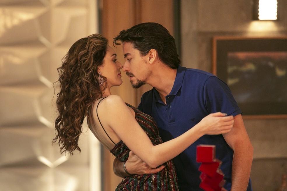 Jerônimo (Jesuíta Barbosa) prepara noite romântica para Manuzita (Isabelle Drummond), na novela 'Verão 90' — Foto: Isabella Pinheiro/ Gshow