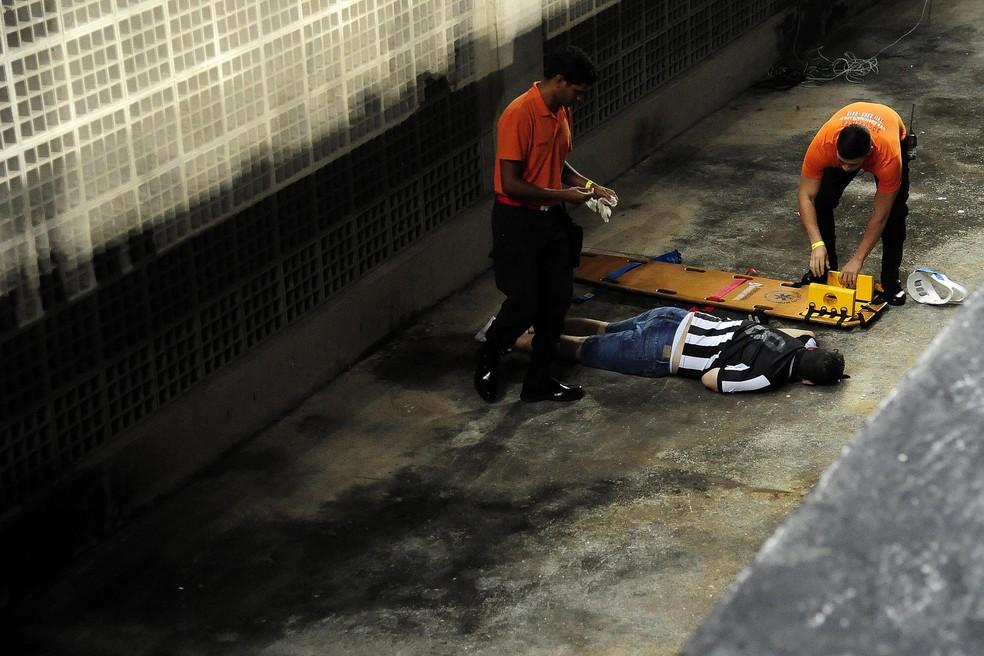 Torcedor do Botafogo foi levado a um hospital próximo ao Nilton Santos (Foto: Futura Press)