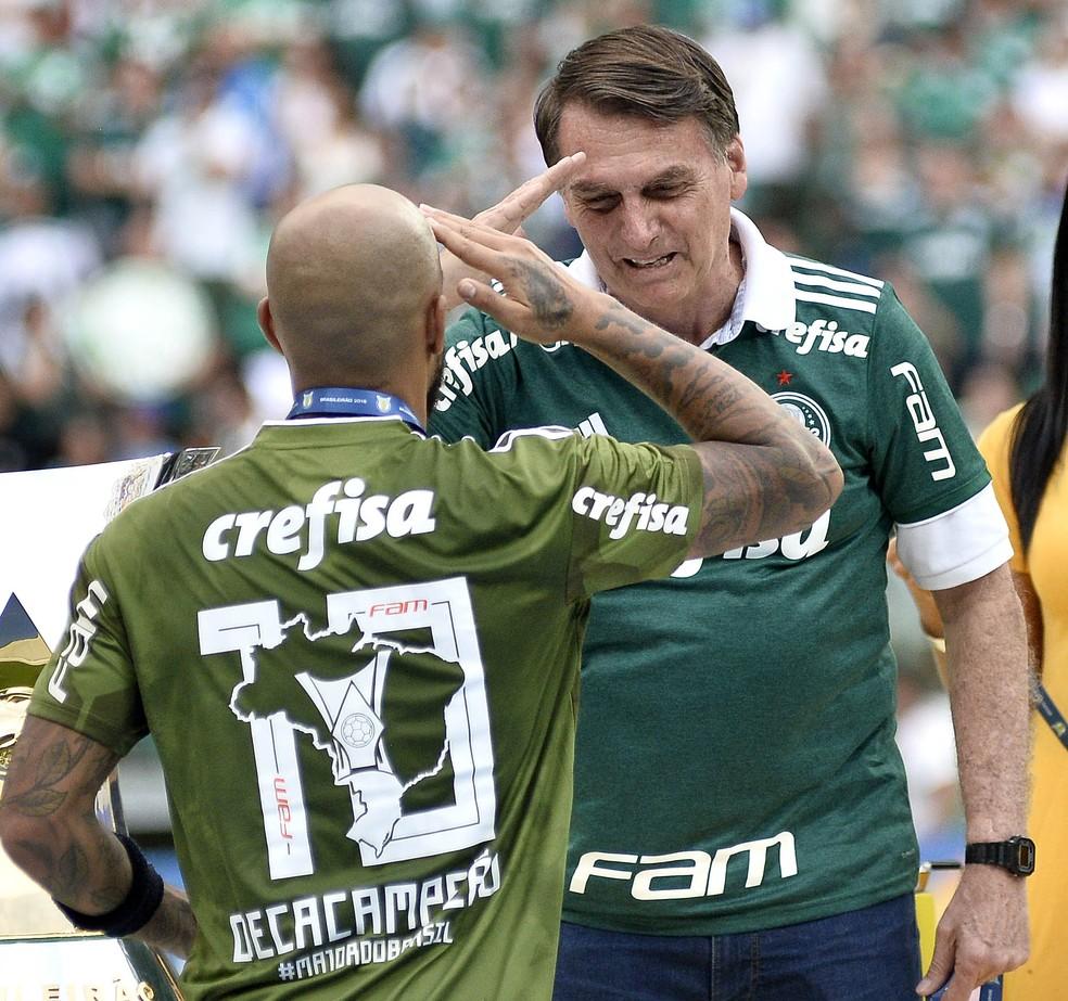 Felipe Melo cumprimenta Jair Bolsonaro em jogo do Palmeiras — Foto: Marcos Ribolli