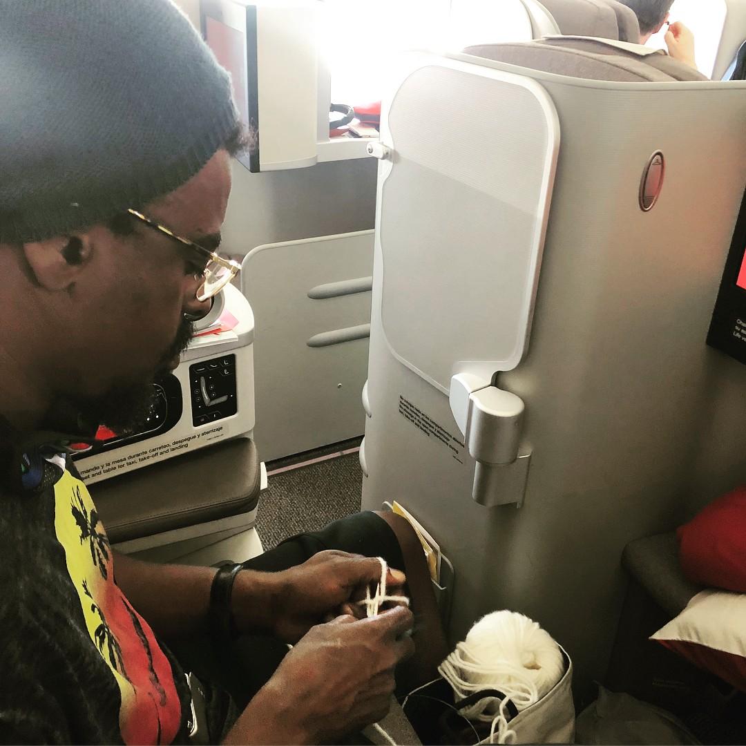 Seu Jorge faz tricô no avião (Foto: Reprodução/ Instagram)