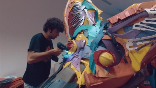 GloboNews Especial mostra a vida de quem vive de fazer arte do lixo