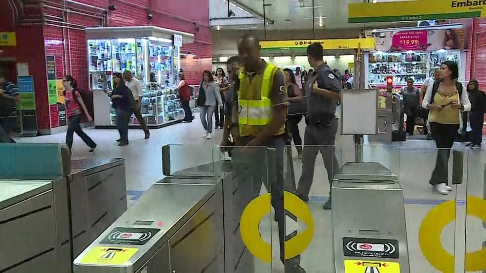 Movimentação na Estação Paulista da Linha 4-Amarela do Metrô — Foto: TV Globo/Reprodução