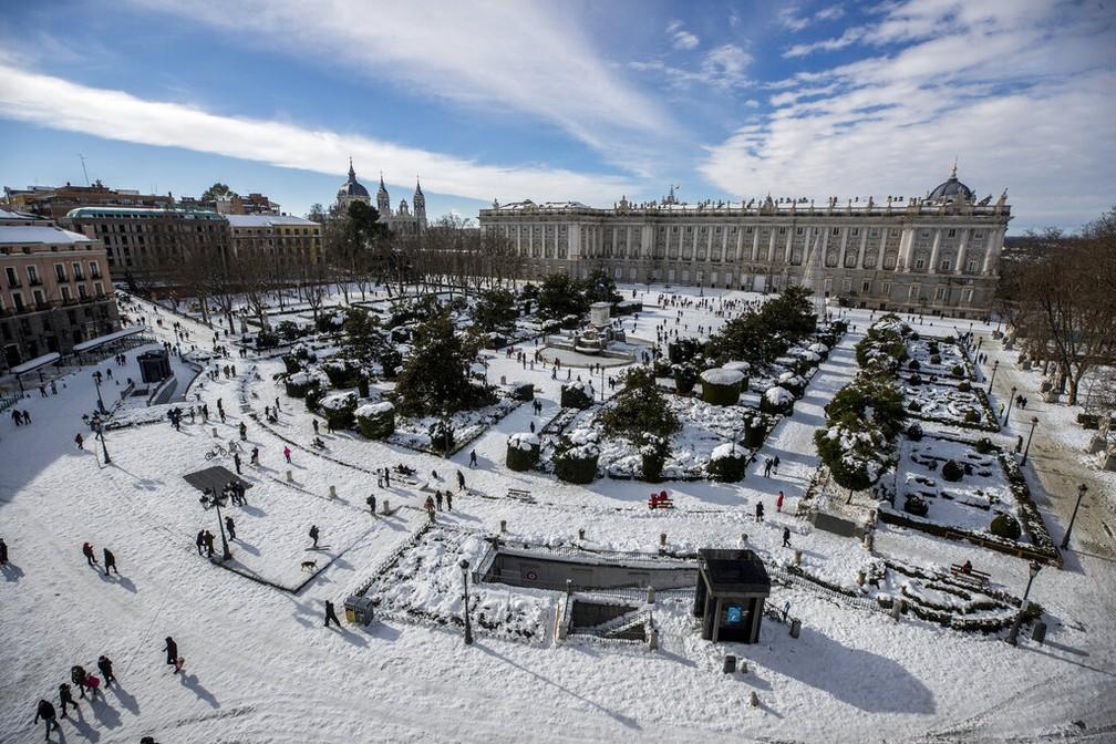 A plaza Oriente coberta de neve em frente ao Palácio Real, no centro de Madri, capital da Espanha, no domingo 10 de janeiro de 2021 — Foto: Manu Fernández/AP