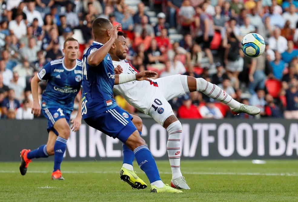 Neymar acerta um voleio (ou seria uma puxeta) e faz golaço para o PSG — Foto: Reuters