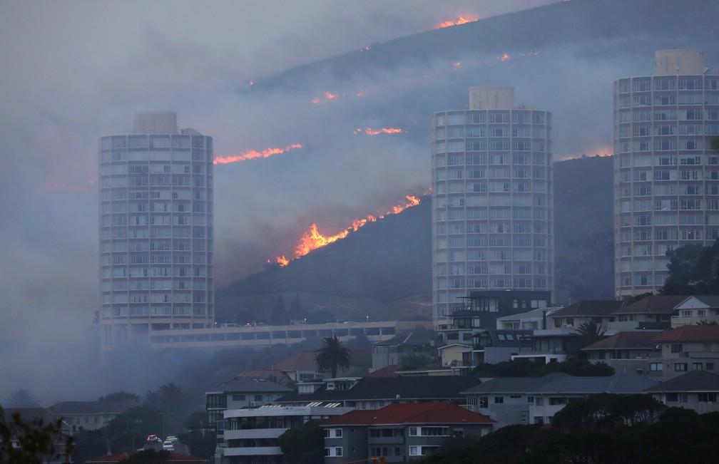 Incêndio fora de controle nas encostas da Table Mountain, na Cidade do Cabo, na África do Sul, nesta segunda (19) — Foto: Mike Hutchings/Reuters