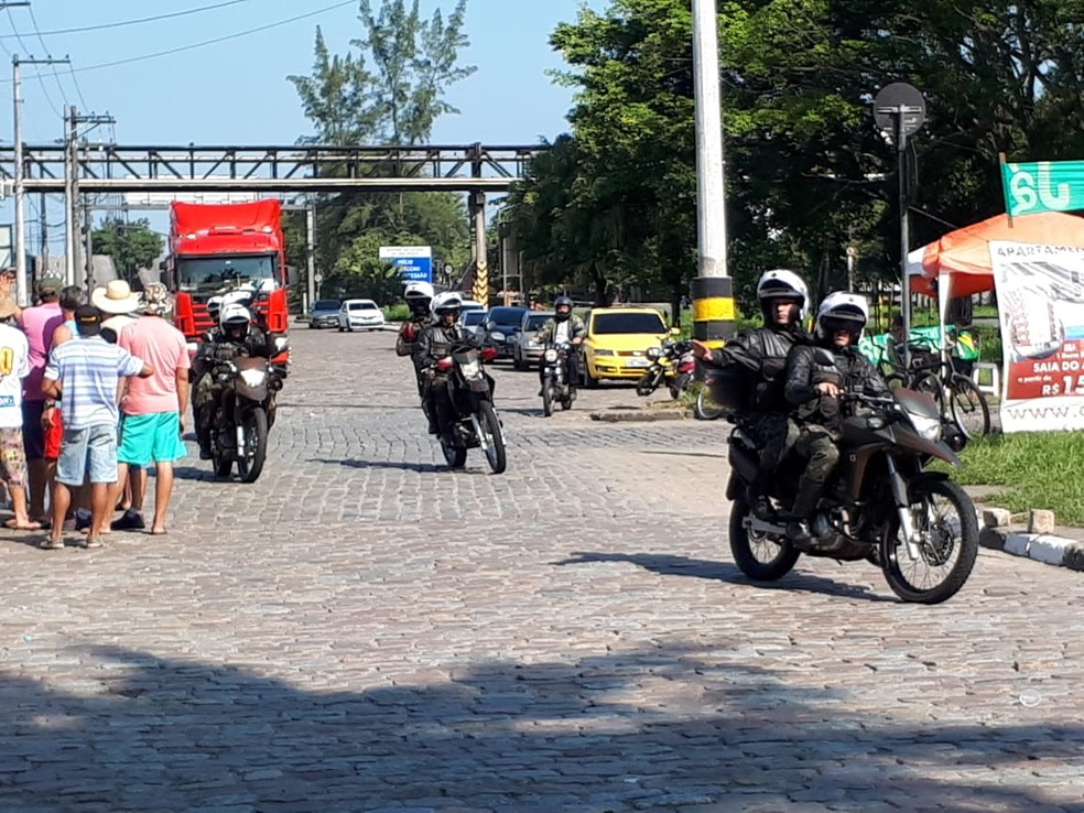 Cerca de dez motos do Exército fizeram reconhecimento da área na Alemoa neste domingo (27) (Foto: Rodrigo Nardelli/G1 Santos)