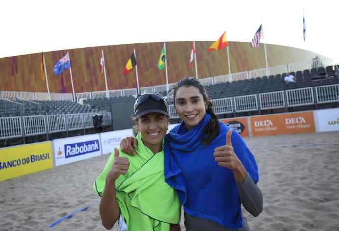 Maria Elisa (esq) e Carol celebram vitória no country quota da Holanda (Foto: Divulgação/FIVB)
