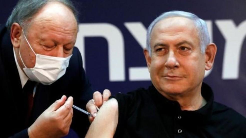 Netanyahu foi o primeiro israelense a ser vacinado no programação de imunização iniciado em meados de dezembro — Foto: Amir Cohen/Reuters