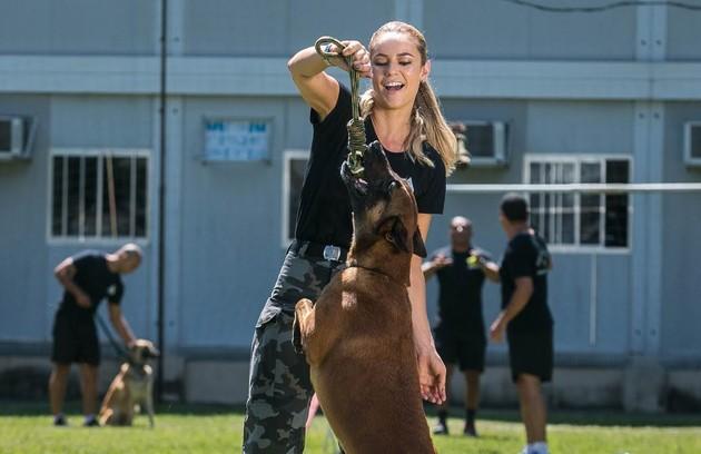 Jeiza é uma policial justa e honesta do Batalhão de Ações com Cães. Nas horas vagas, ela treina para ser uma lutadora de MMA (Foto: Raquel Cunha/TV Globo)