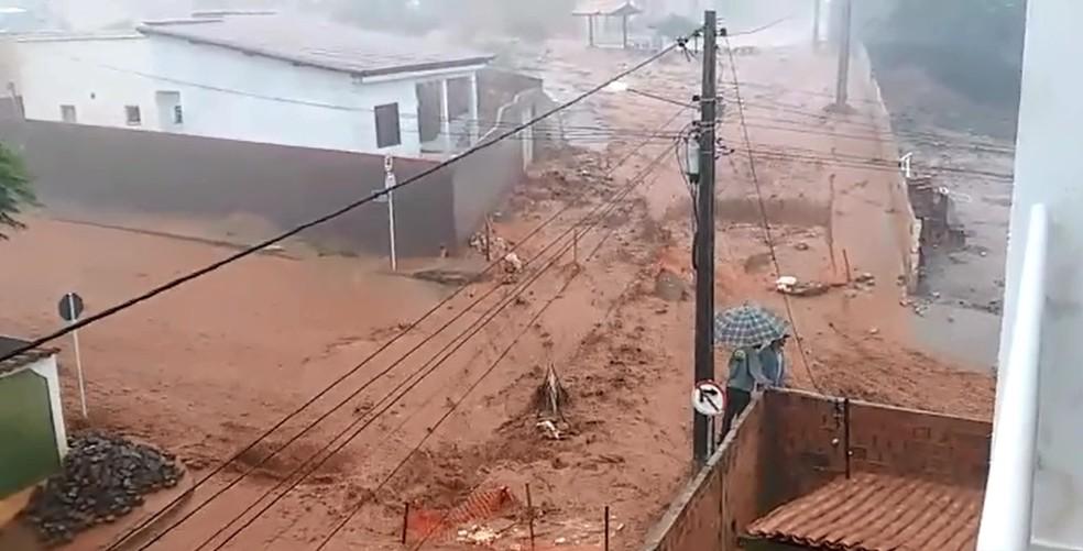 Chuva na cidade de Caetité, região sudoeste da Bahia (Foto: Léo Cardoso/Arquivo Pessoal)