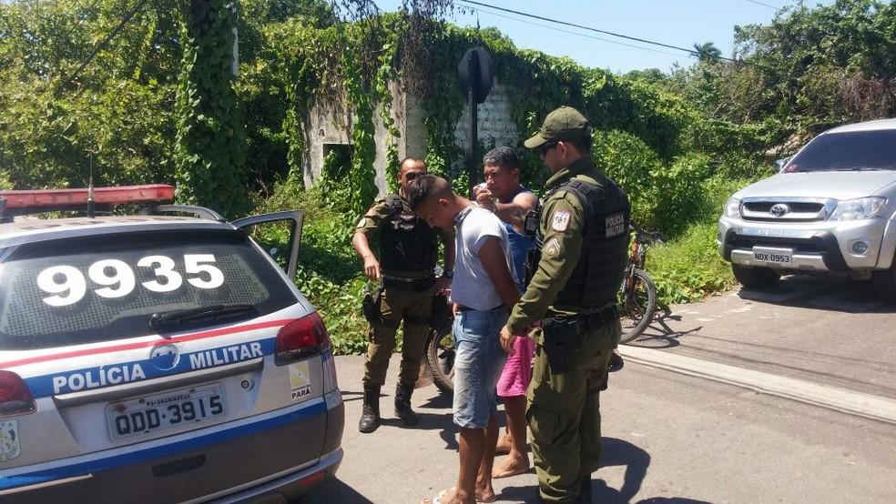 O suspeito do furto da bicicleta foi levado pela PM para a Seccional de Polícia Civil (Foto: Débora Cibele/TV Tapajós)