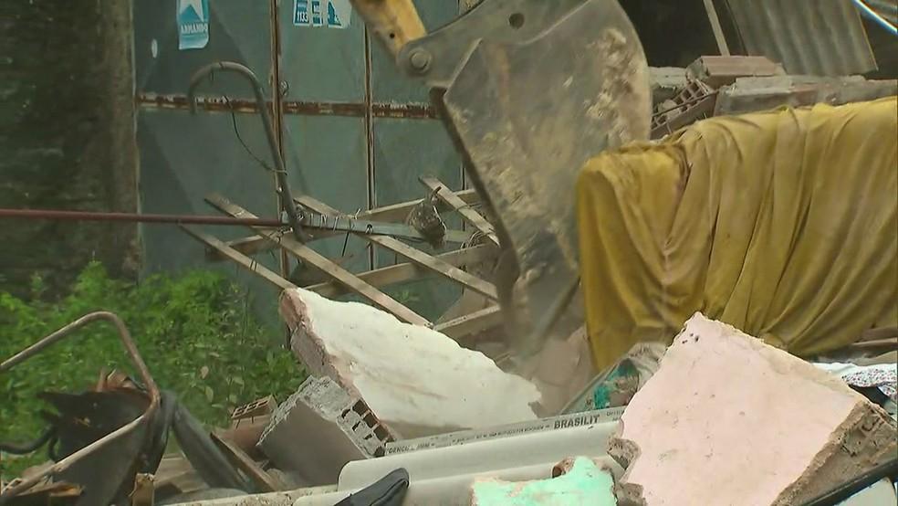 Máquina retirou os escombros no local da explosão, em Camaragibe — Foto: Reprodução/TV Globo