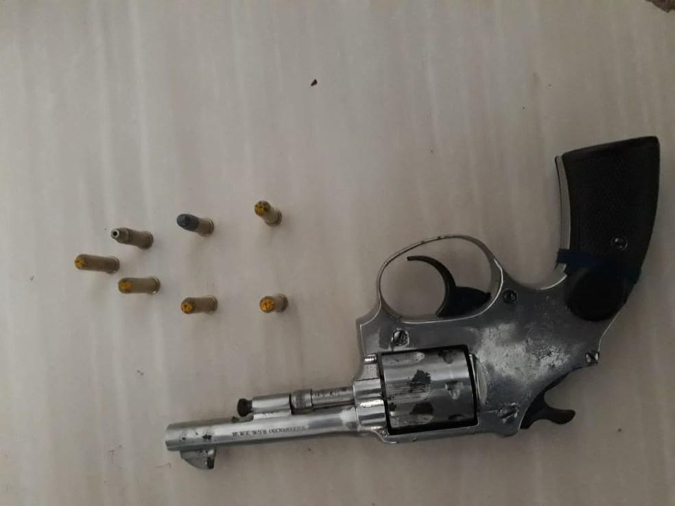 Arma e munições estavam na mochila de uma criança de quatro anos. — Foto: Divulgação / Polícia Militar