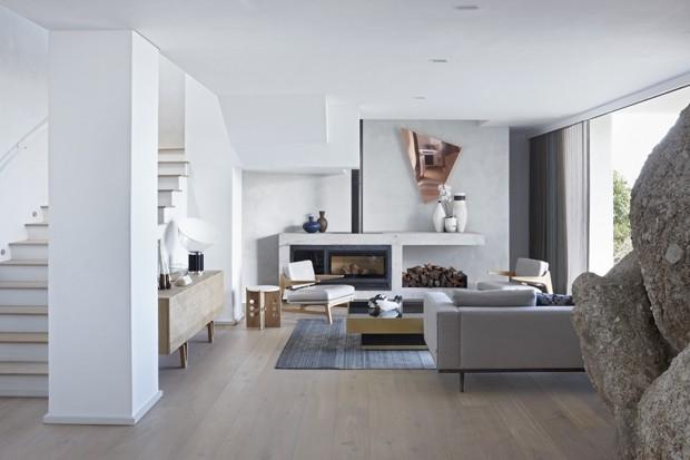 Casa de praia mistura elementos naturais e estilo contemporâneo
