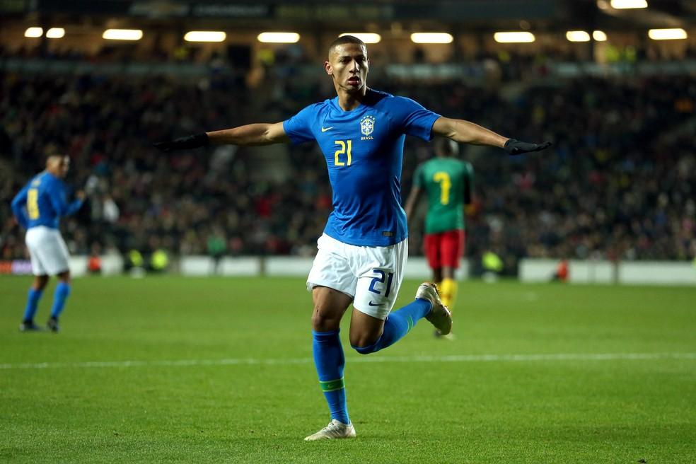 Richarlison comemora o gol da vitória do Brasil sobre Camarões — Foto: Alex Pantling/Getty Images