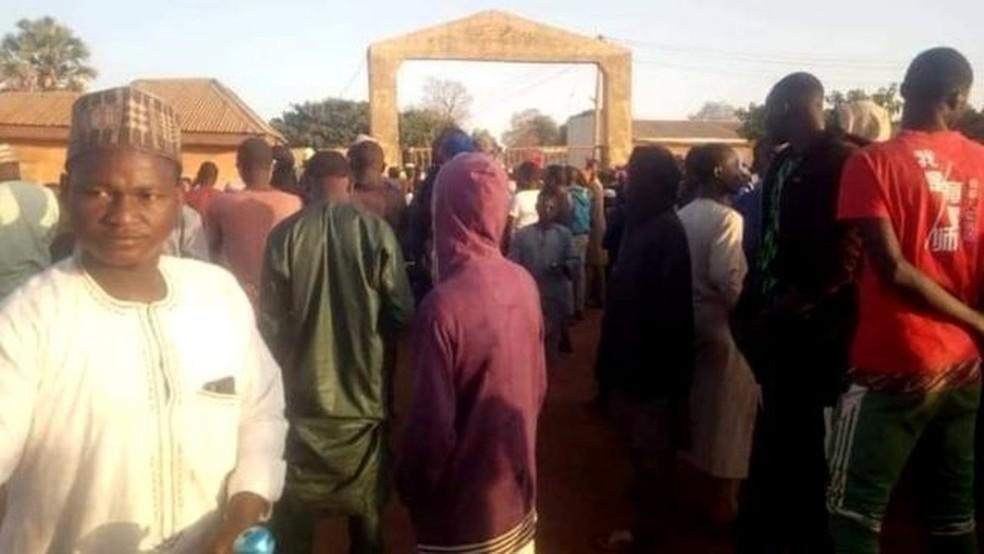 Pais ansiosos e residentes de Kankara em frente à Escola Secundária de Ciências do Governo — Foto: BBC