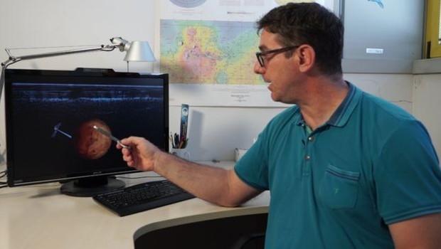 """""""Foram anos de debate e investigações. Mas agora podemos dizer: descobrimos água em Marte"""", diz astrônomo (Foto: STEFANO PARISINI/ MEDIA INAF via BBC)"""