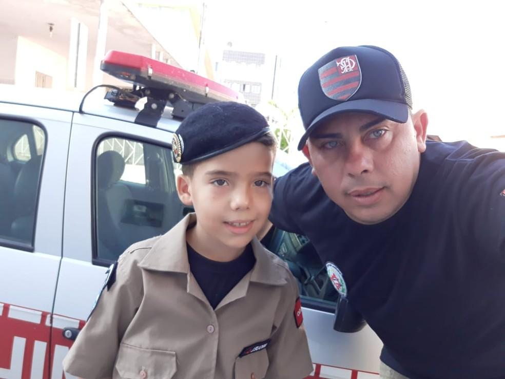 Miguel, de 8 anos, foi salvo pelo pai Mannix Moura, após instruções de um bombeiros por telefone, em Cajazeiras, PB — Foto: Mannix Moura/Arquivo Pessoal