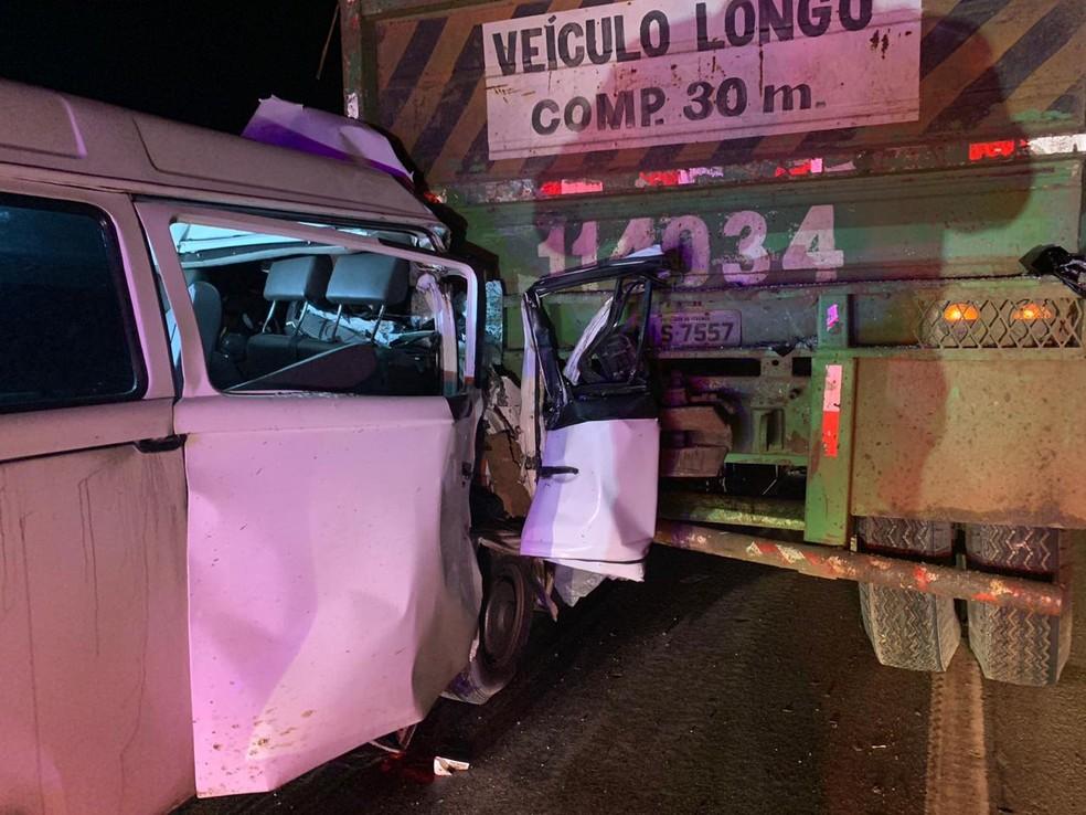 Acidente aconteceu na BR-408, em Paudalho, na noite do domingo (1º) — Foto: Corpo de Bombeiros/Divulgação