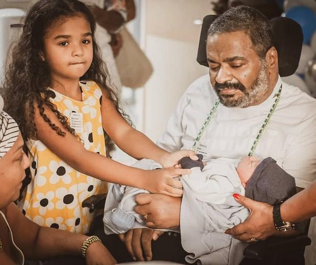Arlindo Cruz conhece o neto  (Foto: Jack Borges/Reprodução/Instagram)