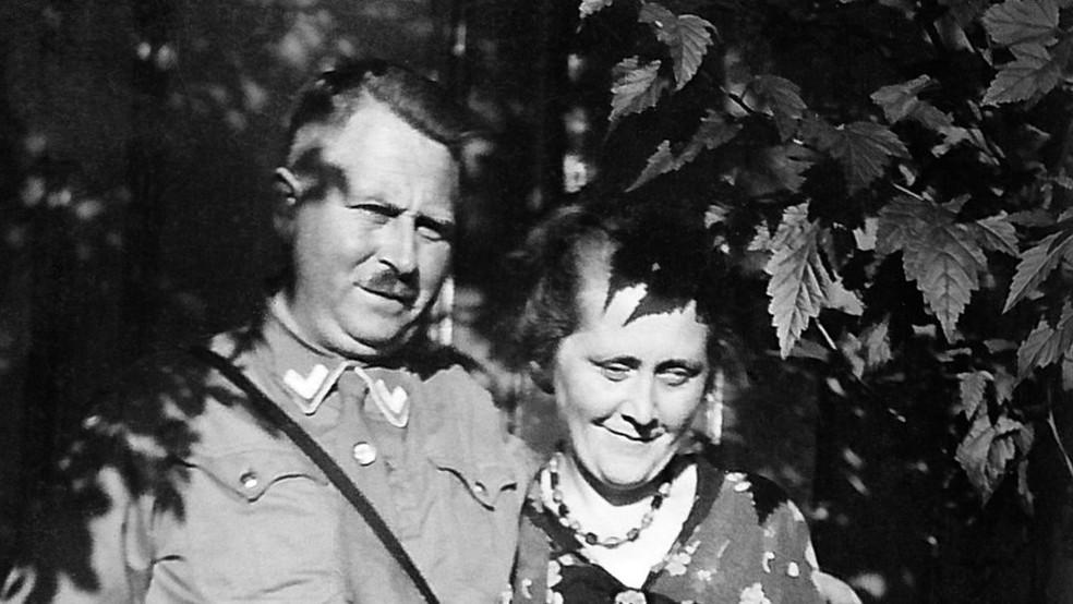 Karl e Minna Niemann: avô e avó de Derek que, por mais de 50 anos, guardaram como segredo a verdadeira história da família (Foto: Derek Niemann via BBC)
