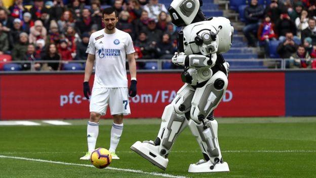 BBC:Boris-Aloysha foi apresentado como um robô capaz de fazer movimentos, mas na verdade era um homem vestido de robô (Foto: STANISLAV KRASILNIKOV / GETTY IMAGES VIA BBC)
