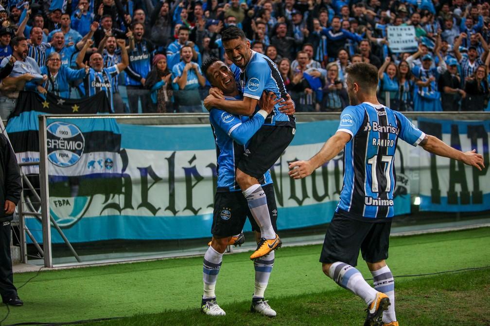 Barrios comemora o gol com Edílson (Foto: Lucas Uebel/Divulgação Grêmio)