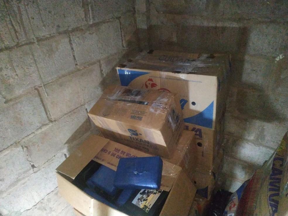 Tabletes de cocaína dentro de caixas escondidas no bunker — Foto: Itamar Silva/TV Morena