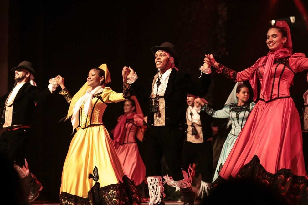 Grupo encena as danças tradicionais brasileiras num majestosos espetáculo com várias nuances, ritmos e gestualidade (Foto: Luiz Henrique Menezes/ Divulgação)