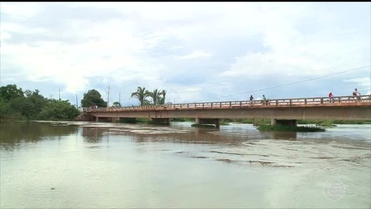 Luzilândia fica em alerta para risco de inundação e água já invade casas