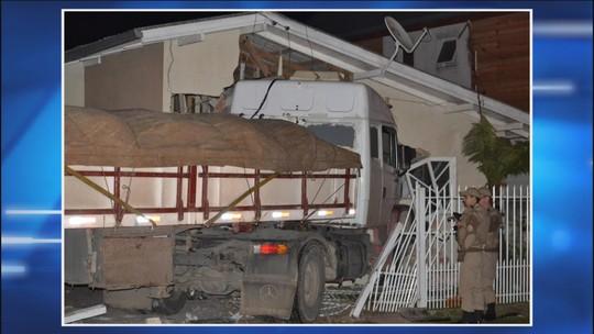 Caminhão invade quintal e destrói parte de casa em Lages
