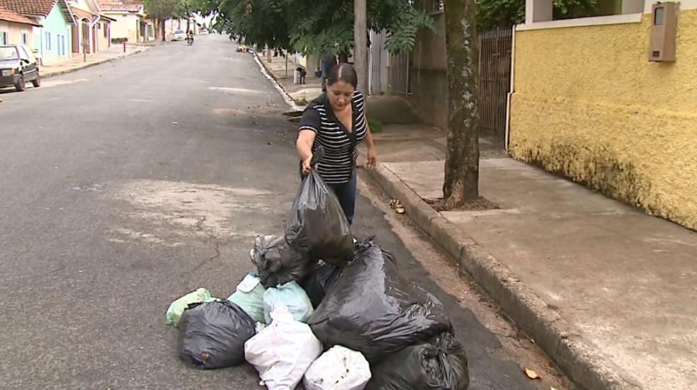 Pilhas de lixo se formam nas esquinas de Mococa (Foto: Reprodução/ EPTV)