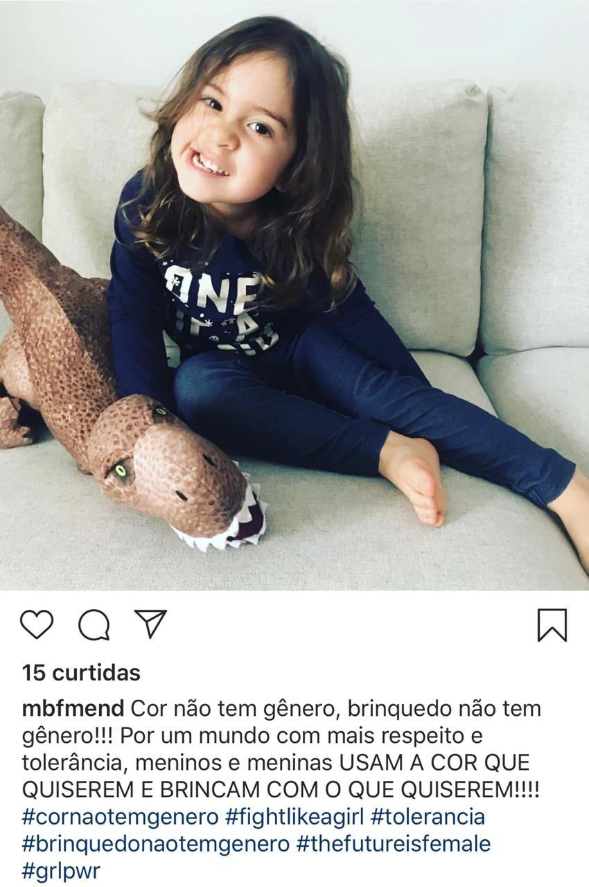 Já @mbfmend lembrou que cor não tem gênero e brinquedo também não ao mostrar a filha de azul com um dinossauro (Foto: Reprodução Instagram)