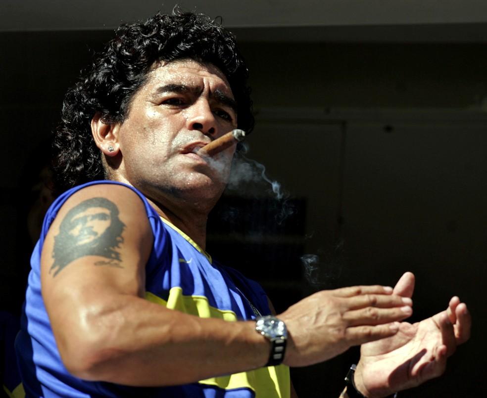Foto de 19 de fevereiro de 2006 mostra Maradona fumando um charuto antes de uma partida de futebol na Bombonera, o estádio do Boca Juniors — Foto: Marcos Brindicci/Reuters/Arquivo