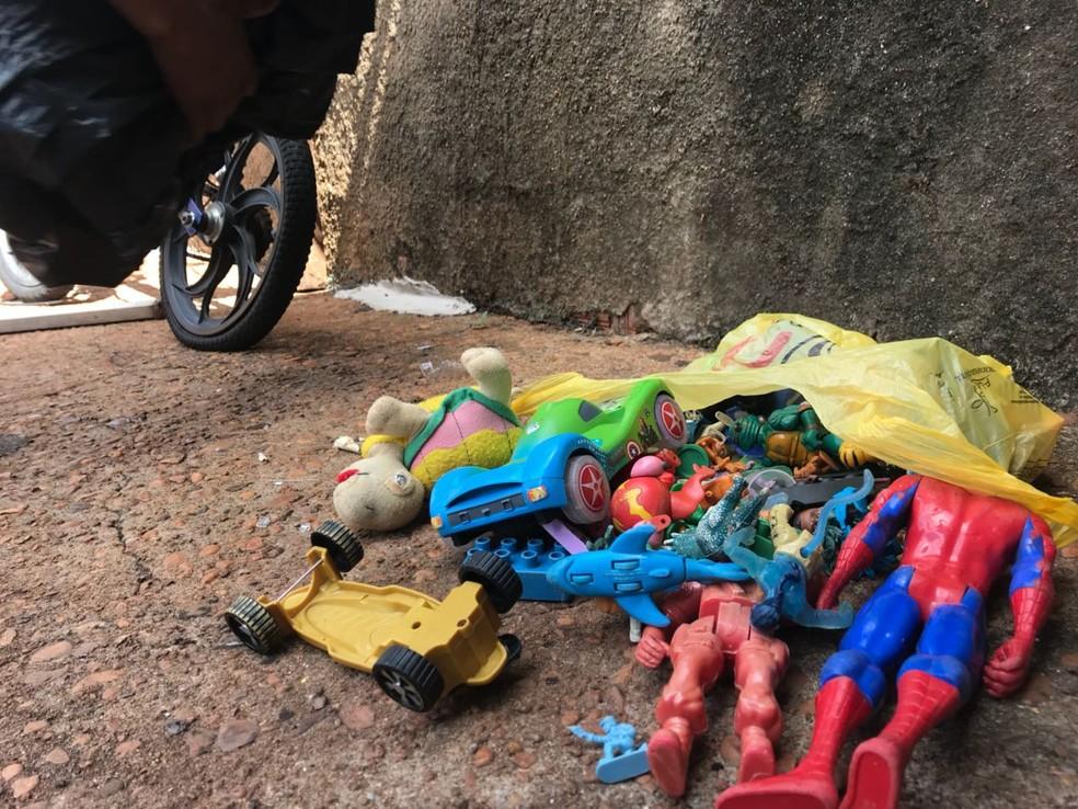 Menino foi picado no quintal de casa após pegar uma sacola com brinquedos; escorpião foi encontrado embaixo do saco plástico (Foto: Murilo Barbosa / TV TEM )