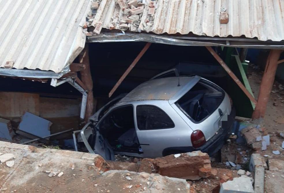 Carro em alta velocidade invadiu balcão na manhã desta quinta-feira (12) em São Manuel — Foto: Acontece Botucatu/Divulgação