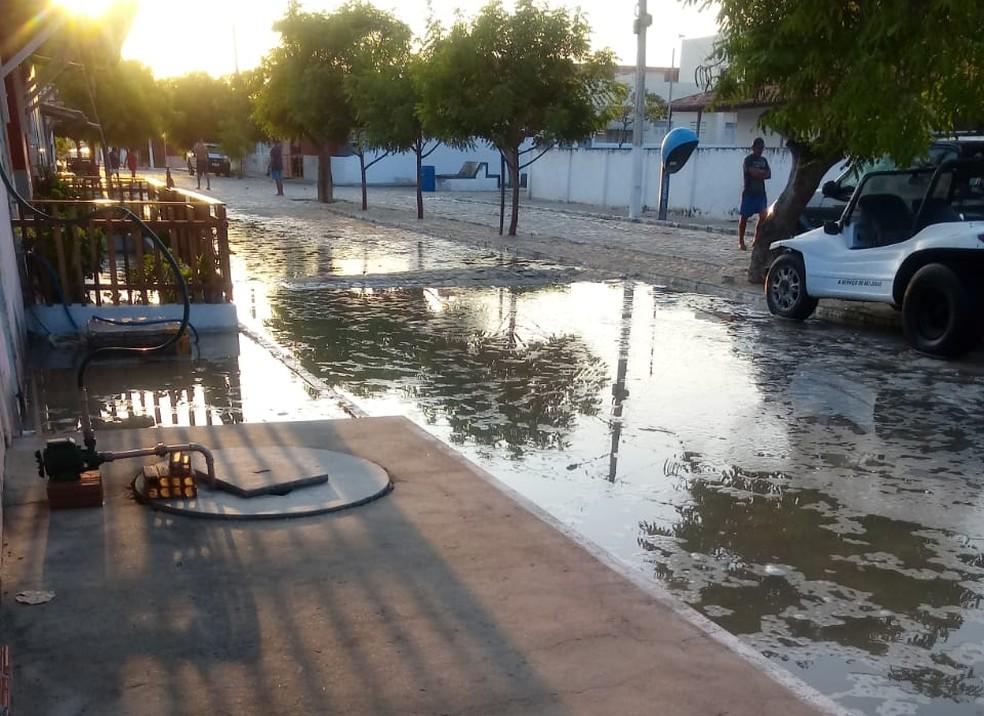 Galinhos, no litoral norte potiguar, teve ruas invadidas pela água do mar — Foto: Redes sociais