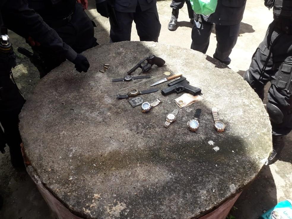 Revólver, simulacro de arma de fogo, faca e relógios estavam com o assaltante — Foto: Victor Vidigal/G1