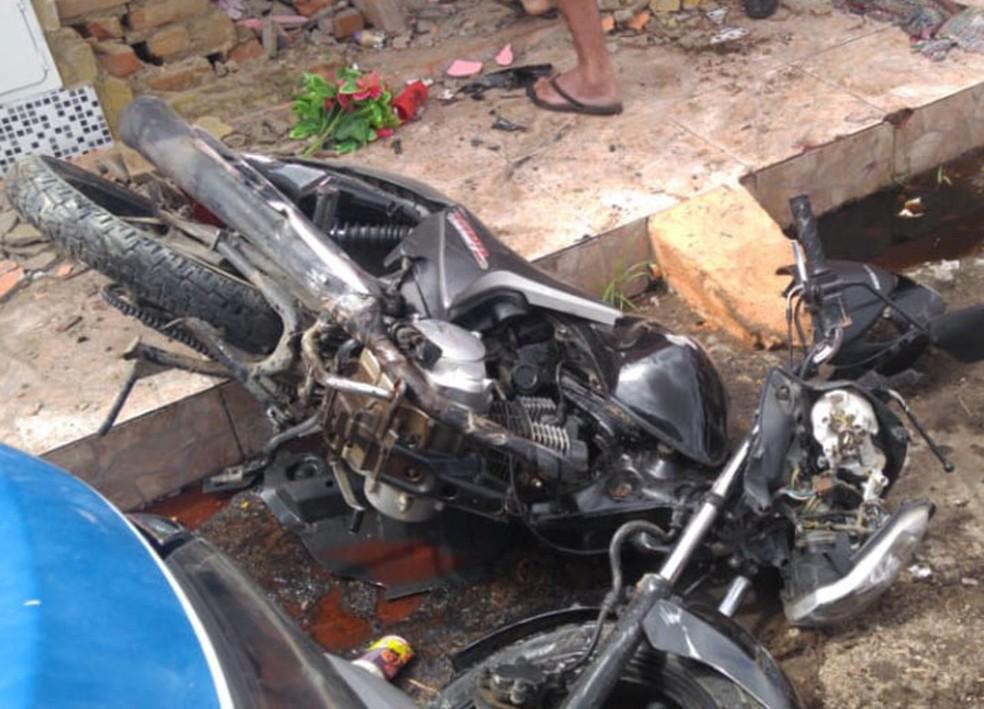 Moto que estava estacionada em frente a casa da idosa também foi atingida por viatura e ficou destruída na Bahia — Foto: Bahia 10