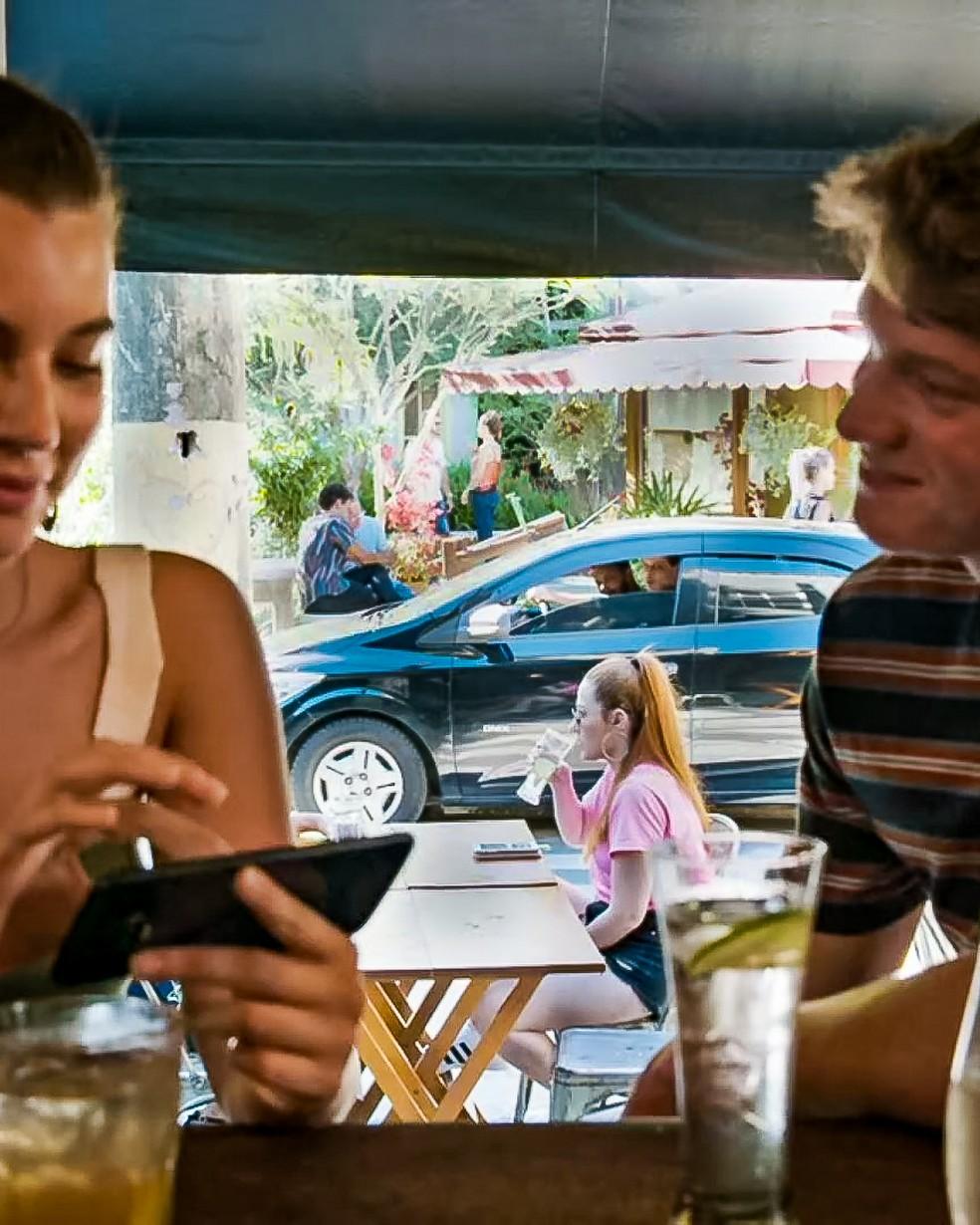 Rita (Alanis Guillen) e Filipe (Pedro Novaes) não percebem que estão sendo vigiados, em 'Malhação - Toda Forma de Amar' — Foto: Globo