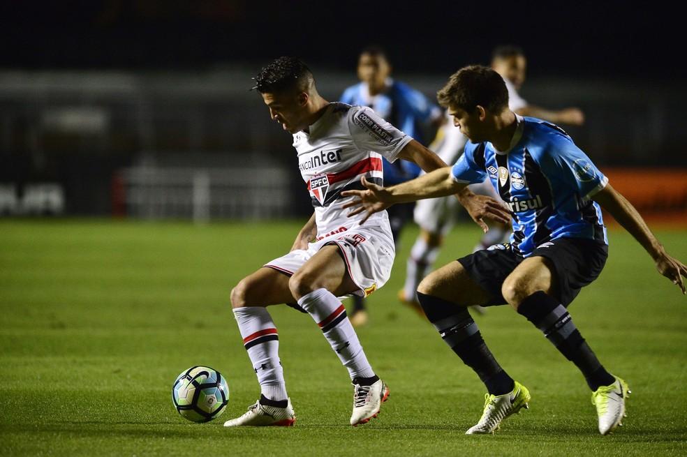 Marcinho em ação na partida contra o Grêmio (Foto: Marcos Ribolli)