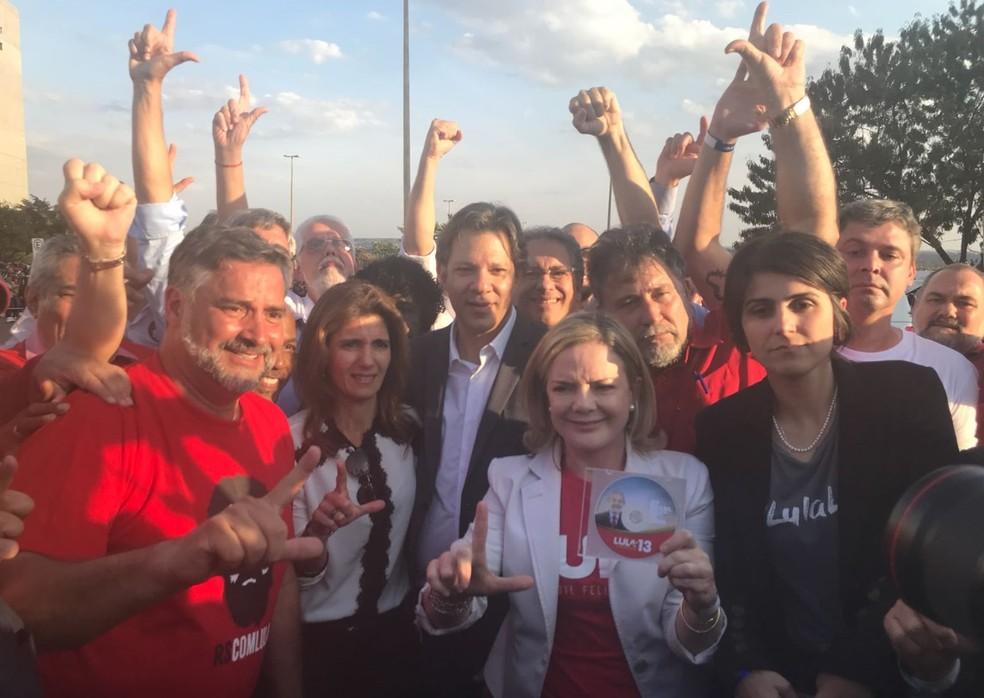 Senadora Gleisi Hoffmann (centro), acompanhada de Fernando Haddad, Manuela D'Ávila e outros políticos durante registro da candidatura de Lula no TSE (Foto: Marília Marques/G1)