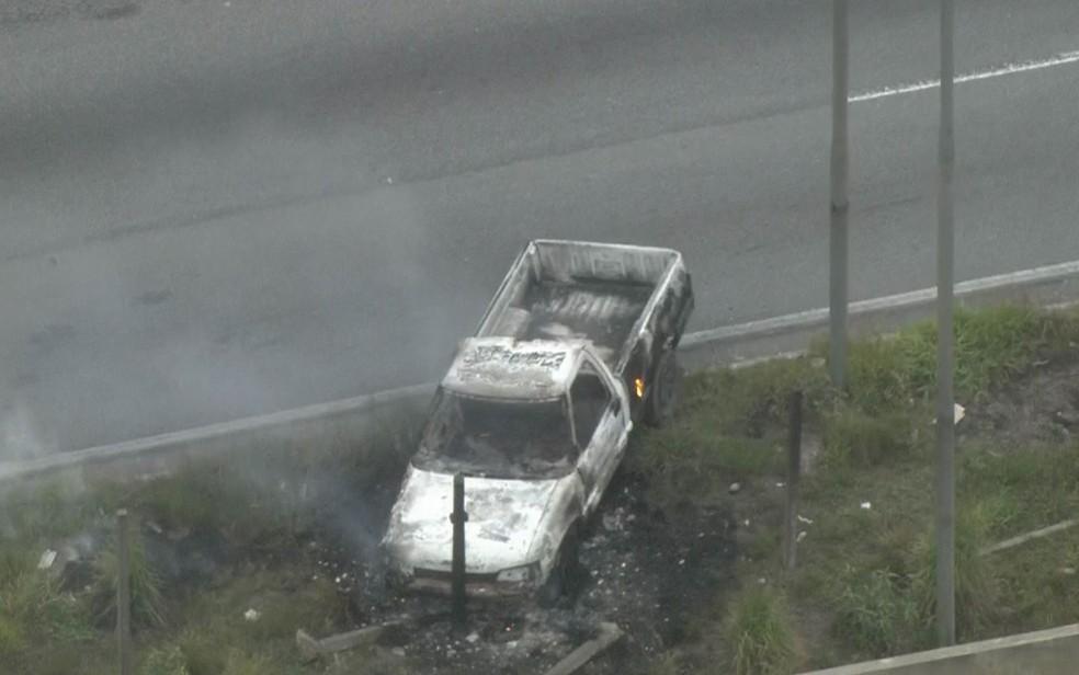 Veículo incendiado durante tentativa de assalto a carro-forte (Foto: Reprodução/TV Globo)