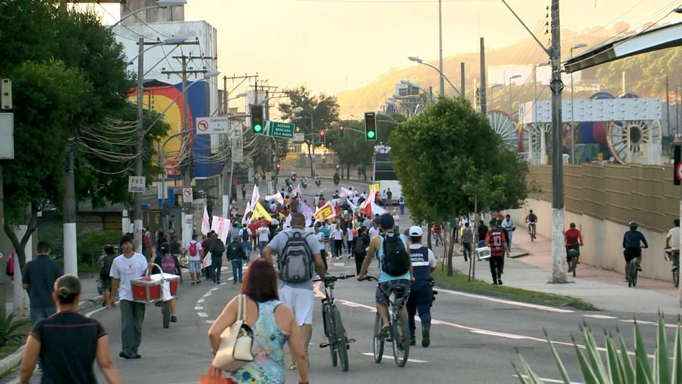 VITÓRIA, 7h30: Manifestantes caminham sentido Centro da Capital — Foto: Reprodução/TV Gazeta