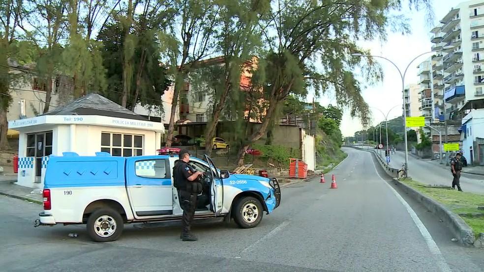 Autoestrada Grajaú-Jacarepaguá está interditada ao trânsito (Foto: Reprodução / TV Globo)